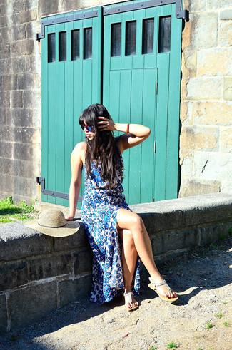 Cómo combinar: vestido largo de leopardo azul, sandalias de dedo con adornos en beige, sombrero de paja en beige, gafas de sol azules