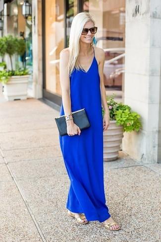 Los días ocupados exigen un atuendo simple aunque elegante, como un vestido largo azul. Mezcle diferentes estilos con sandalias planas de cuero doradas de Clergerie.