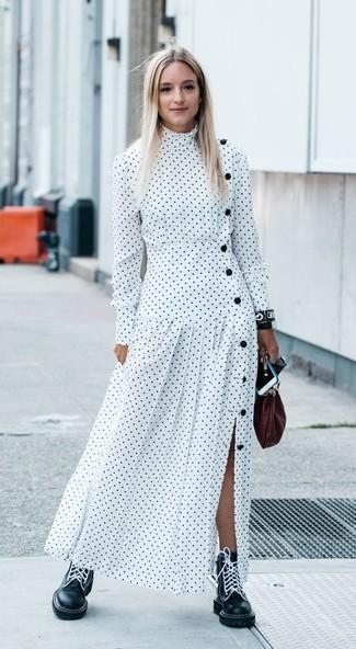 Cómo combinar: vestido largo a lunares blanco, botas planas con cordones de cuero negras, cartera sobre de cuero burdeos, reloj de cuero negro