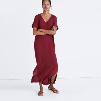 Cómo combinar: vestido largo burdeos, sandalias romanas de cuero en marrón oscuro