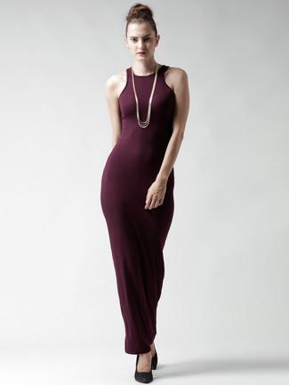 Cómo combinar: vestido largo burdeos, zapatos con cuña de ante negros, collar dorado