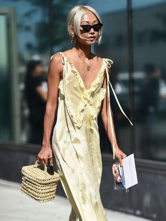 Cómo combinar: vestido largo de satén amarillo, cartera de paja en beige, gafas de sol negras, colgante dorado