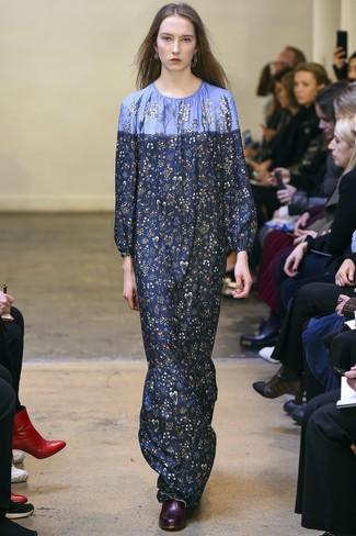 Cómo combinar: vestido largo con print de flores azul marino, botines de cuero burdeos, pendientes plateados