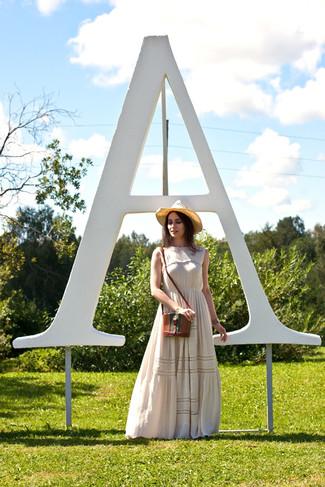 Cómo combinar: vestido largo con print de flores en beige, bolso bandolera de cuero marrón, sombrero de paja marrón claro