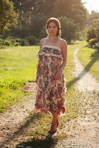 Cómo combinar: vestido largo con print de flores en beige, cinta para la cabeza con print de flores roja