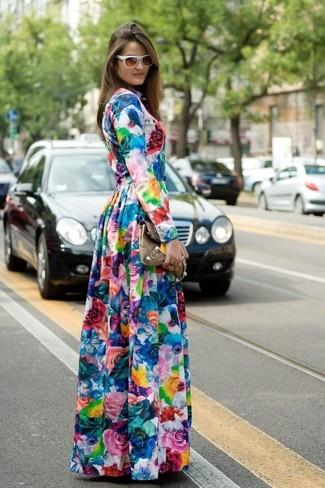 Cómo combinar un vestido largo con print de flores en multicolor: Utiliza un vestido largo con print de flores en multicolor transmitirán una vibra libre y relajada.