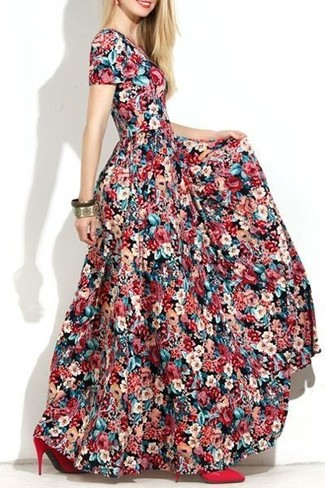 Cómo combinar un vestido largo con print de flores en multicolor: Opta por un vestido largo con print de flores en multicolor transmitirán una vibra libre y relajada. Zapatos de tacón de cuero rojos son una opción estupenda para completar este atuendo.
