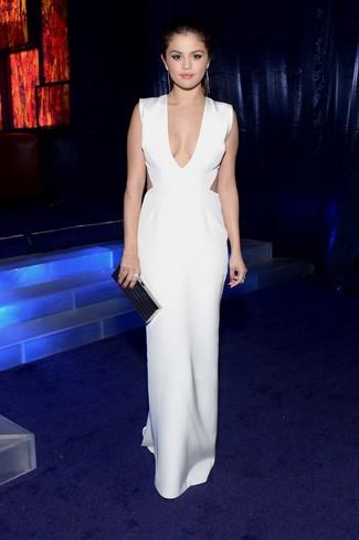 Look de Selena Gomez: Vestido Largo con Recorte Blanco, Cartera Sobre Negra