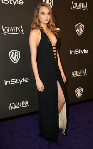 Look de Cara Delevingne: Vestido largo con recorte negro