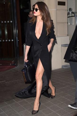 Look de Selena Gomez: Vestido Largo con Recorte Negro, Zapatos de Tacón de Malla Negros, Bolsa Tote de Cuero Negra
