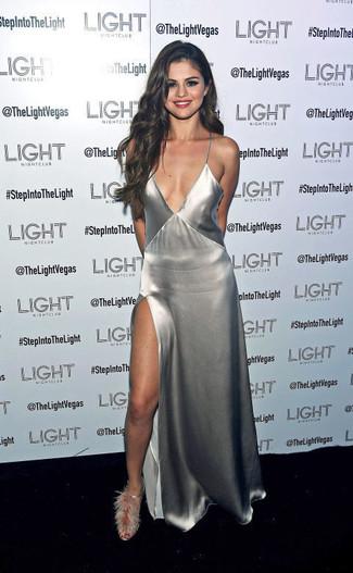 Look de Selena Gomez: Vestido Largo con Recorte Plateado, Sandalias de Tacón de Pelo Grises