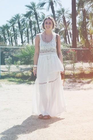 Cómo combinar: vestido largo de crochet blanco, sandalias planas de cuero en marrón oscuro, bolso bandolera de cuero marrón
