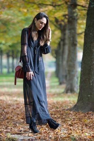 Cómo combinar: vestido largo de encaje negro, botines con cordones de cuero negros, bolso bandolera de cuero burdeos