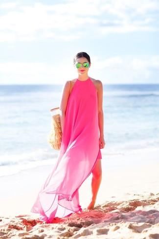 Cómo combinar: vestido largo de gasa rosa, bolsa tote de crochet marrón claro, gafas de sol verdes