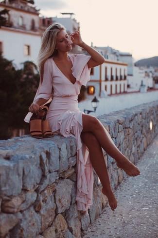 Cómo combinar: vestido largo de gasa rosado, sandalias de tacón de cuero marrón claro
