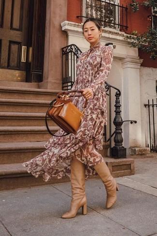 Cómo combinar: vestido largo de paisley burdeos, botas de caña alta de cuero marrón claro, bolsa tote de cuero en tabaco