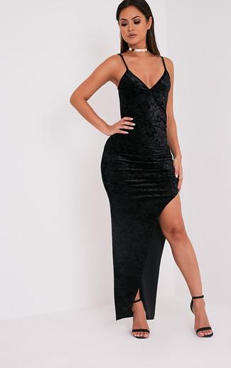 Moda para mujeres adolescentes: Usa un vestido largo de terciopelo con recorte negro transmitirán una vibra libre y relajada. Sandalias de tacón de cuero negras son una opción perfecta para complementar tu atuendo.