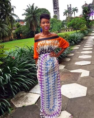 Cómo combinar: vestido largo efecto teñido anudado en multicolor, pendientes azules