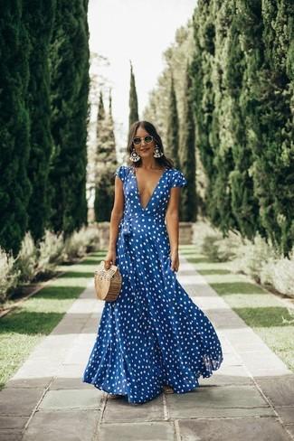 Cómo combinar: vestido largo a lunares en azul marino y blanco, cartera sobre de paja marrón claro, gafas de sol negras, pendientes blancos