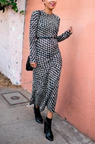 Elige por la comodidad con un vestido largo estampado en negro y blanco y un cinturón de cuero negro de Saint Laurent. Botines de cuero negros añaden la elegancia necesaria ya que, de otra forma, es un look simple.