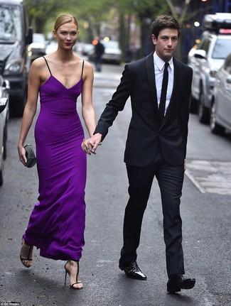 Cómo combinar: vestido largo en violeta, sandalias de tacón de cuero negras, cartera sobre plateada