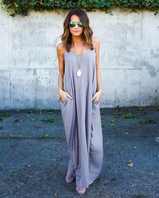 Cómo combinar: vestido largo gris, sandalias de tacón de ante grises, gafas de sol verdes, colgante blanco
