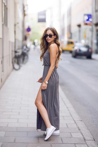 Cómo combinar: vestido largo con recorte gris, tenis de lona blancos, colgante dorado, reloj dorado