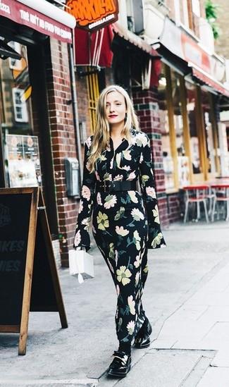 Elige por la comodidad con un vestido largo de flores negro. ¿Te sientes ingenioso? Dale el toque final a tu atuendo con mocasín.