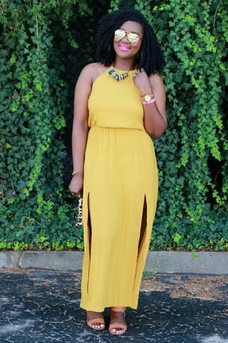 Cómo combinar: vestido largo mostaza, sandalias de tacón de cuero marrón claro, collar en multicolor