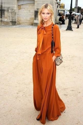 Cómo combinar: vestido largo naranja, bolso bandolera de cuero con print de serpiente gris