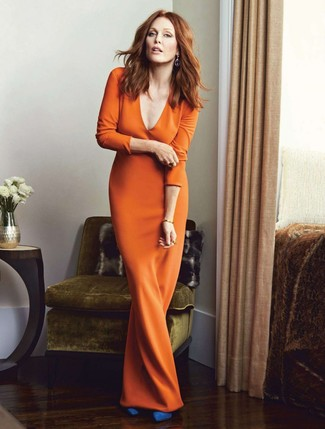 Cómo combinar: vestido largo naranja, zapatos de tacón de ante azules