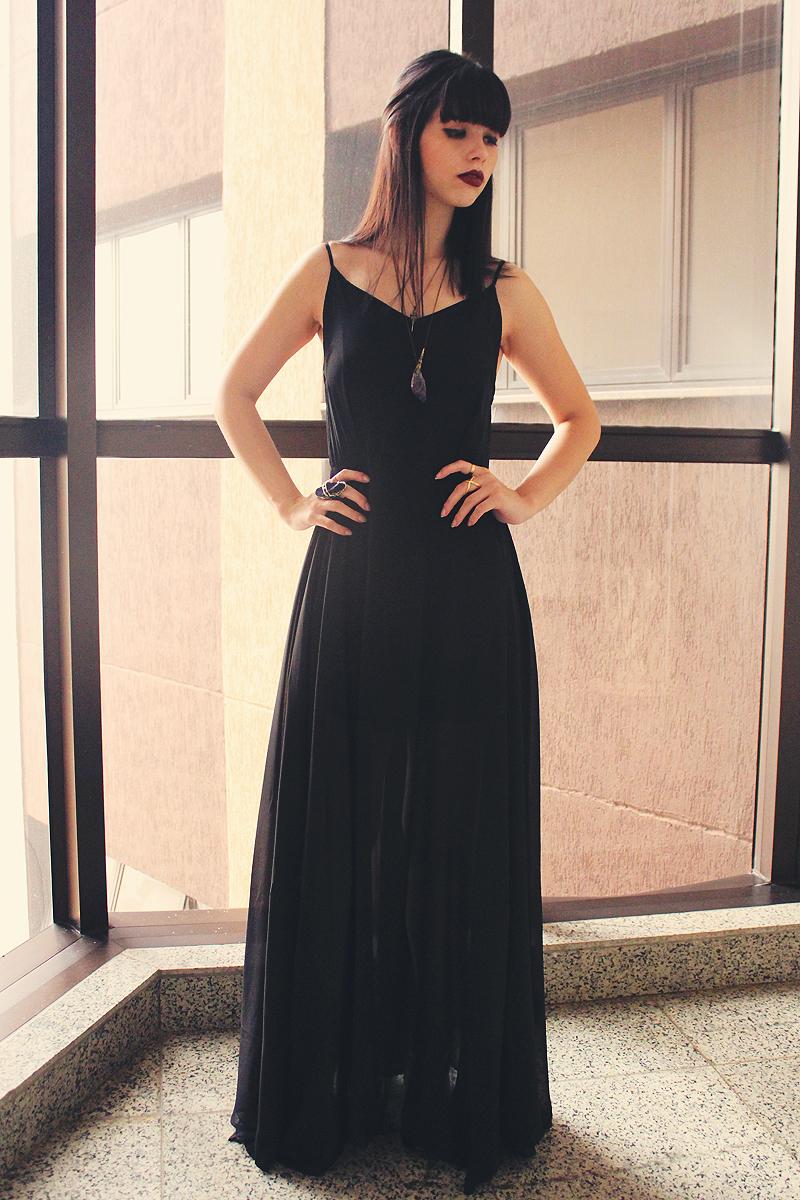 Como combinar un vestido negro largo de noche