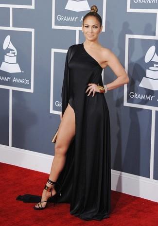 Look de Jennifer Lopez: Vestido Largo con Recorte Negro, Sandalias de Tacón de Cuero en Negro y Dorado, Cartera Sobre Dorada, Pulsera Dorada