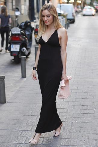 Cómo combinar: vestido largo negro, sandalias de tacón de cuero rosadas, cartera sobre de cuero rosada, pulsera de cuero negra