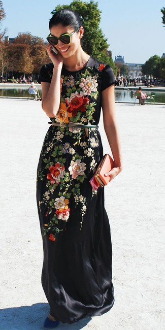 Cómo combinar: vestido largo bordado negro, zapatos de tacón de ante azules, correa de cuero verde oscuro, gafas de sol verdes