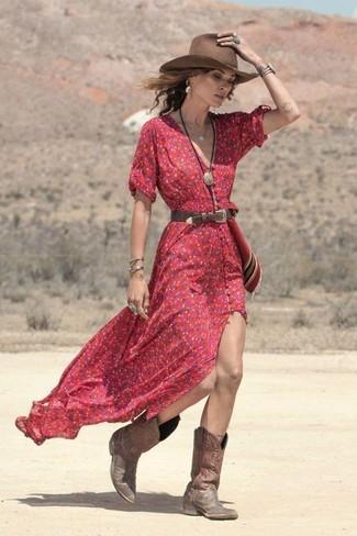Cómo combinar: vestido largo con print de flores rojo, botas camperas de cuero marrónes, sombrero de lana marrón, correa de cuero en marrón oscuro