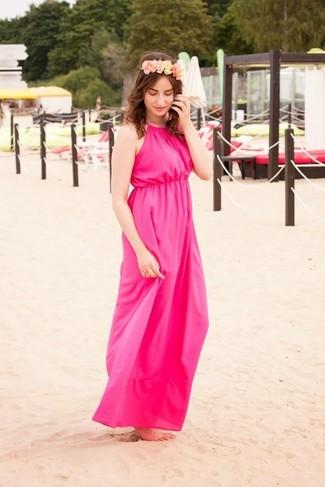 Cómo combinar: vestido largo rosa, cinta para la cabeza con print de flores rosada
