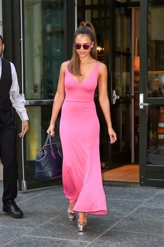 Look de Jessica Alba: Vestido Largo Rosa, Sandalias de Tacón de Cuero Plateadas, Bolso Deportivo de Cuero Azul Marino, Gafas de Sol Rojas