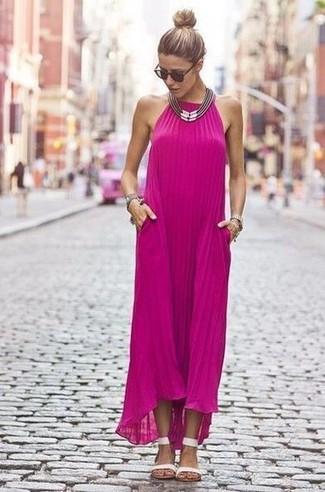 Cómo combinar un collar plateado para mujeres de 30 años: Intenta combinar un vestido largo rosa junto a un collar plateado transmitirán una vibra libre y relajada. Sandalias planas de cuero blancas son una opción muy buena para complementar tu atuendo.