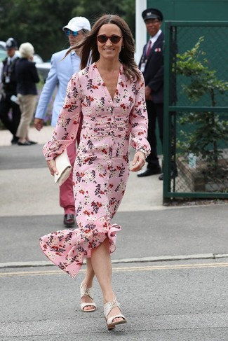 Cómo combinar: vestido largo de seda con print de flores rosado, sandalias de tacón de cuero blancas, cartera sobre de cuero blanca, gafas de sol burdeos