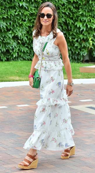Cómo combinar unas sandalias con cuña de cuero marrónes: Opta por la comodidad en un vestido largo con print de flores blanco. Opta por un par de sandalias con cuña de cuero marrónes para mostrar tu lado fashionista.