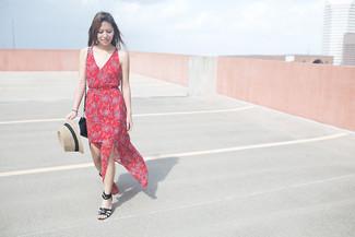 Cómo combinar: vestido largo con print de flores rojo, sandalias con cuña de cuero negras, bolso bandolera de ante negro, sombrero de paja en beige