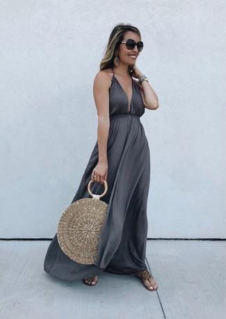 Cómo combinar un vestido largo plateado: Intenta ponerse un vestido largo plateado para lidiar sin esfuerzo con lo que sea que te traiga el día. Si no quieres vestir totalmente formal, opta por un par de sandalias de dedo de cuero marrón claro.
