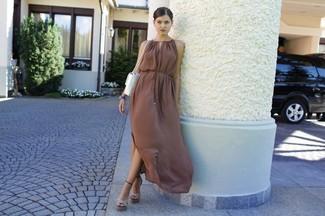 Cómo combinar: vestido largo marrón, sandalias de tacón de cuero en beige, bolso bandolera de cuero blanco, cinta para la cabeza con adornos dorada