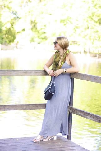 Cómo combinar: vestido largo gris, sandalias de tacón de cuero plateadas, bolso bandolera de cuero negro, bufanda de seda estampada verde oliva