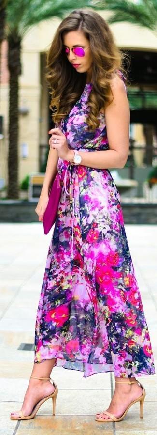 Cómo combinar: vestido largo con print de flores rosa, sandalias de tacón de cuero marrón claro, cartera sobre de cuero rosa, gafas de sol rosa