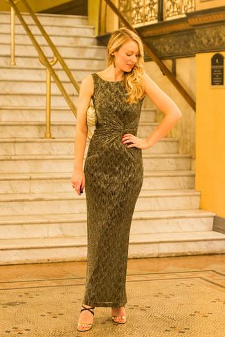 Cómo combinar unos pendientes dorados: Emparejar un vestido largo dorado con unos pendientes dorados es una opción inigualable para el fin de semana. Sandalias de tacón de cuero en negro y dorado son una opción buena para complementar tu atuendo.