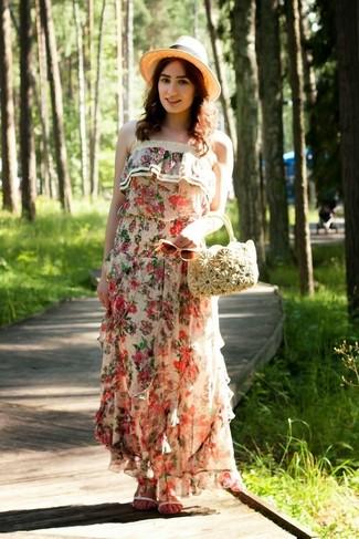 Cómo combinar: vestido largo con print de flores en beige, sandalias planas de cuero blancas, cartera de paja en beige, sombrero de paja en beige