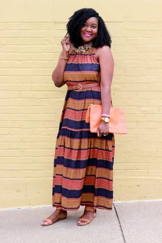 Cómo combinar: vestido largo de rayas horizontales en multicolor, sandalias planas de cuero marrón claro, cartera sobre de cuero naranja, correa de cuero marrón claro