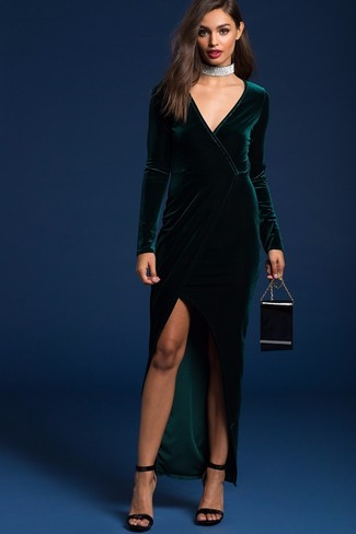 Cómo combinar: vestido largo de terciopelo con recorte verde oscuro, sandalias de tacón de terciopelo negras, cartera sobre de cuero negra, gargantilla plateada